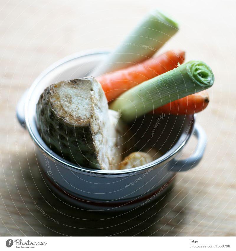 Süppchen 2 Lebensmittel Gemüse Suppe Eintopf Suppengrün Sellerie Möhre Porree Ernährung Mittagessen Bioprodukte Vegetarische Ernährung Diät Fasten Topf frisch