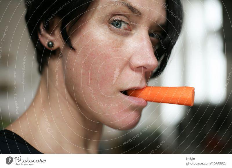 Frau mit Möhre statt Zigarette im Mundwinkel Lebensmittel Gemüse Rohkost Ernährung Essen Bioprodukte Vegetarische Ernährung Diät Lifestyle Stil Erwachsene