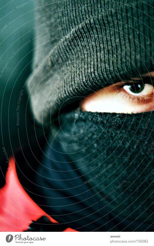 Jetzt guck' nich so! Winter Auge 1 Mensch Schal Mütze Blick bedrohlich dunkel kalt Wut grau rot Schutz Ärger vermummt intensiv böse beängstigend Gefühlskälte