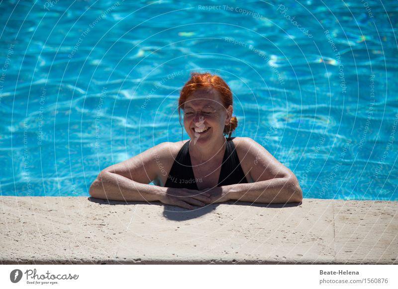 Heiße Zeiten sind angebrochen Frau Ferien & Urlaub & Reisen blau Sommer Wasser Erholung rot Freude schwarz Erwachsene Wärme Wand Sport Mauer Haare & Frisuren