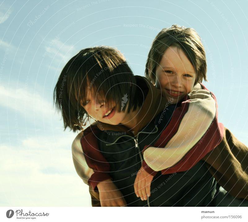 Brüder I Mensch Kind Jugendliche Freude Liebe Geschwister Mann Junge Glück lachen Familie & Verwandtschaft Freundschaft Zusammensein Porträt Hilfsbereitschaft Sicherheit