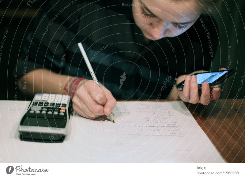 immer on Bildung Schule lernen Schüler Studium Student Hausaufgabe Mathematik Gymnasium Handy Taschenrechner Mädchen Junge Frau Jugendliche Leben Gesicht