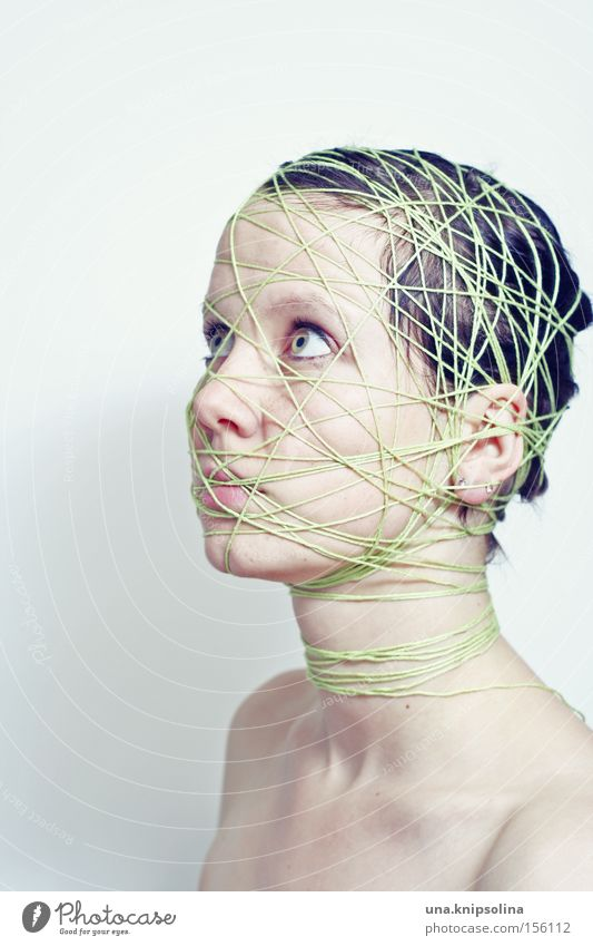 ..ficelle Frau grün Gesicht Erwachsene Gefühle Kopf Schnur rein Netz skurril Handwerk lügen wickeln gebunden Handarbeit Verflechtung
