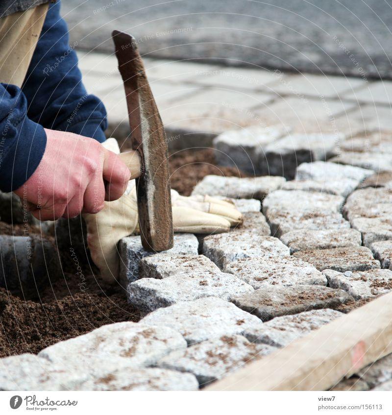 Altstadtpflaster Handarbeit Arbeit & Erwerbstätigkeit Baustelle Handwerk Werkzeug Hammer Finger Stein bauen gebrauchen festhalten knien machen einfach