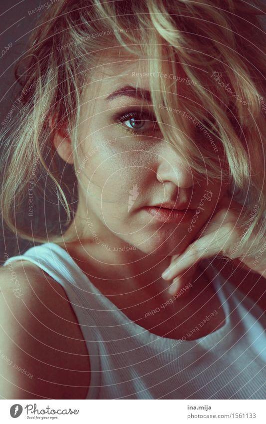 junge blonde Frau mit auffälligem Auge Mensch feminin Junge Frau Jugendliche Erwachsene Leben 1 18-30 Jahre Haare & Frisuren kurzhaarig Locken Scheitel Pony