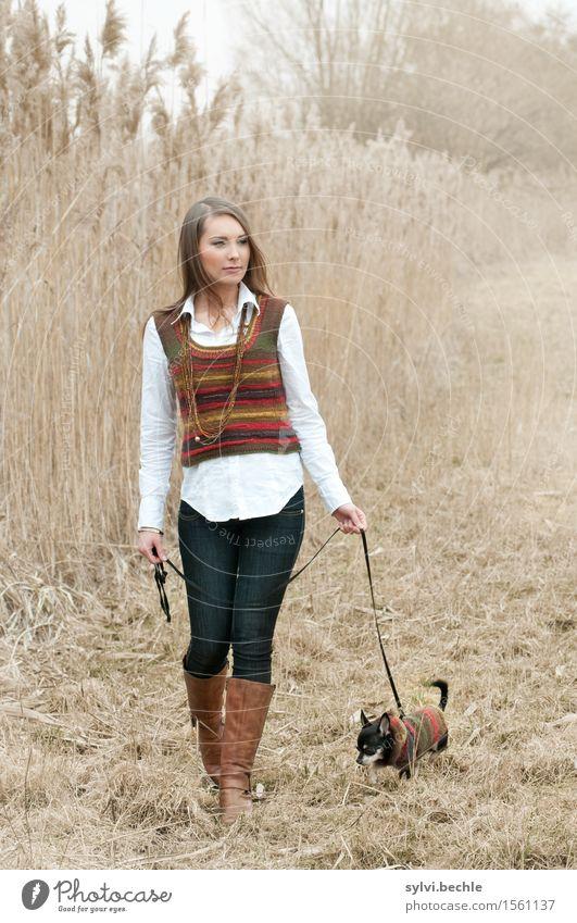 Gassi gehen Freizeit & Hobby Mensch feminin Junge Frau Jugendliche Leben 18-30 Jahre Erwachsene Natur Herbst schlechtes Wetter Nebel Mode Stiefel brünett