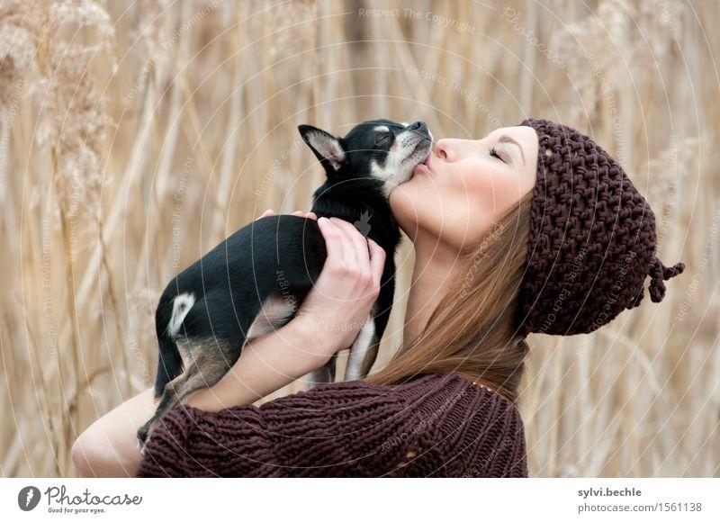 True Love Stil Wohlgefühl Mensch feminin Junge Frau Jugendliche Leben 18-30 Jahre Erwachsene Natur Pflanze Gras Feld Mode Mütze langhaarig Tier Haustier Hund