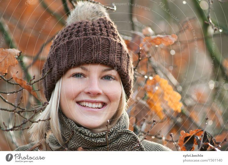 Herbstwetter III Mensch feminin Junge Frau Jugendliche Leben 18-30 Jahre Erwachsene Umwelt Natur Pflanze Wasser Klima Schönes Wetter Regen Baum Blatt Mode