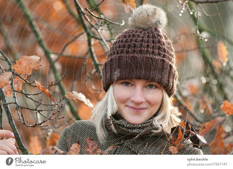 Herbstwetter II Mensch feminin Junge Frau Jugendliche Leben 18-30 Jahre Erwachsene Umwelt Natur Pflanze Wasser Wassertropfen Klima Wetter Regen Baum Blatt Wald
