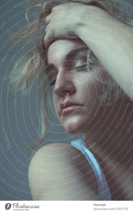 wenn der Schädel brummt Mensch feminin Junge Frau Jugendliche Erwachsene Gesicht 1 18-30 Jahre blond kurzhaarig Schmerz Enttäuschung Einsamkeit Erschöpfung