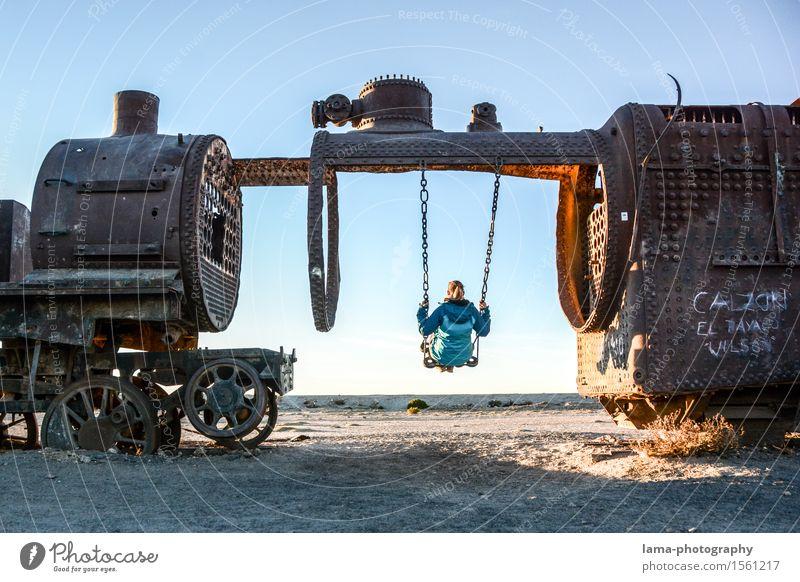 Zurück in die Zukunft Freude schaukeln Ferien & Urlaub & Reisen Tourismus Ausflug Ferne Freiheit Junge Frau Jugendliche Erwachsene 1 Mensch Salar de Uyuni