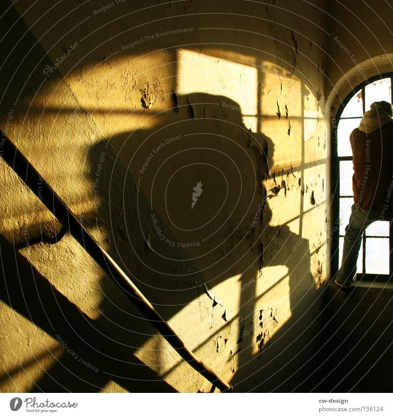 FLUCHT INS WOCHENENDE Mensch Mann alt Einsamkeit Fenster Glas Körperhaltung Freizeit & Hobby Klettern verfallen Flur Fensterscheibe Scheibe Artist Treppenhaus