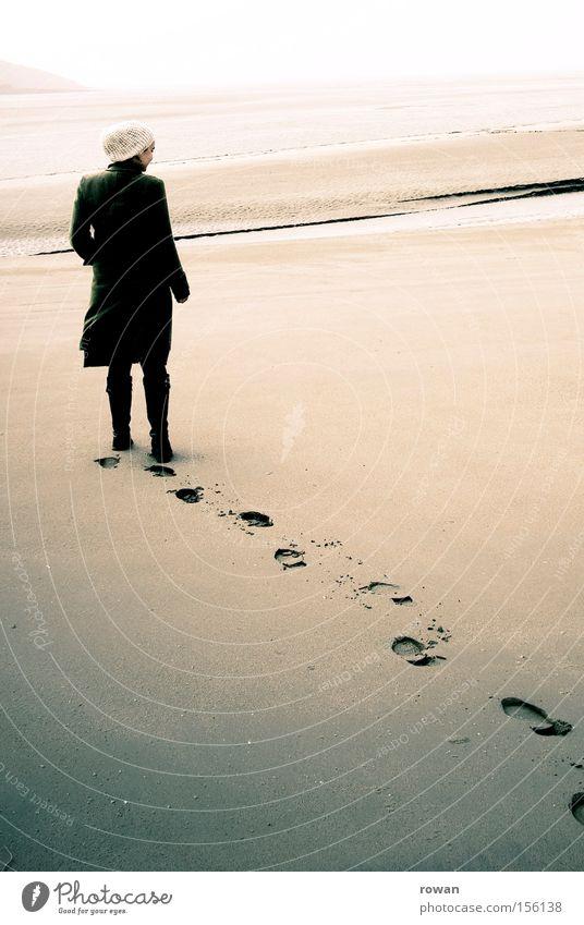 spuren Frau Mensch Jugendliche Strand Einsamkeit feminin träumen Schuhe Fuß Sand Küste Erwachsene gehen Trauer Spaziergang Wüste