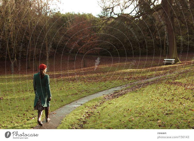 im park Park Parkbank Frau ruhig Erholung Baum Herbst Trauer Einsamkeit Spaziergang gehen Wege & Pfade Garten Traurigkeit