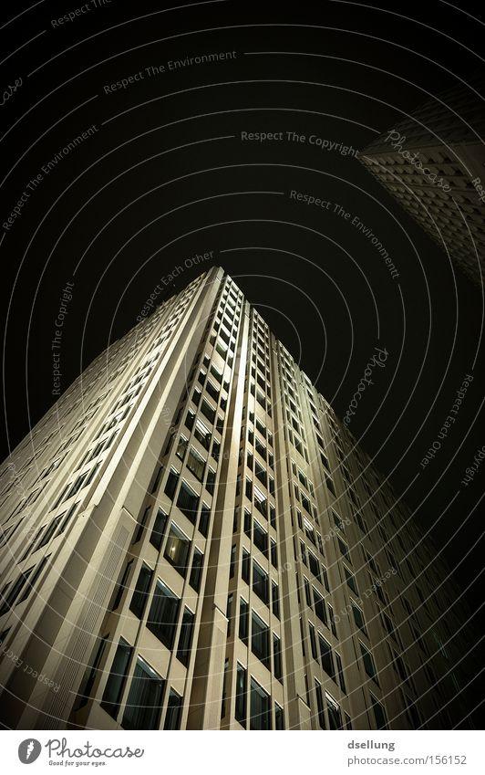 Metropolis Berlin Potsdamer Platz Hochhaus dunkel Nacht Beleuchtung Langzeitbelichtung Ritz Carlton Hotel Fassade Ecke weiß Fenster Himmel Beton Freeclimbing