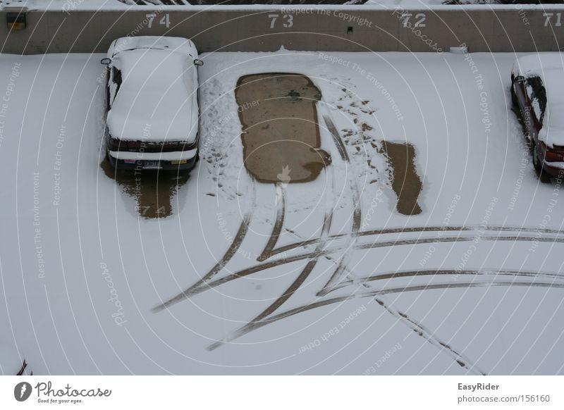 Backwards Schnee KFZ Parkplatz parken Spuren Reifen Verkehrswege ausparken PKW
