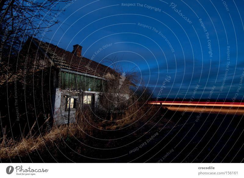Wie schnell die Zeit doch vergeht.... Haus Einsamkeit Straße dunkel KFZ Dach Vergänglichkeit Nacht verfallen erleuchten Scheinwerfer Autoscheinwerfer