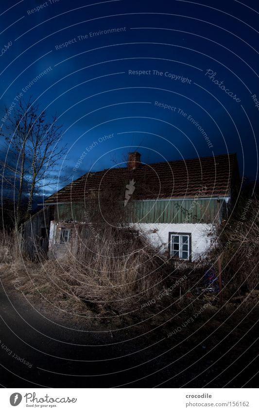 Wie schnell die Zeit doch vergeht.... ll Haus Einsamkeit Straße dunkel KFZ Dach Vergänglichkeit verfallen erleuchten Scheinwerfer Autoscheinwerfer