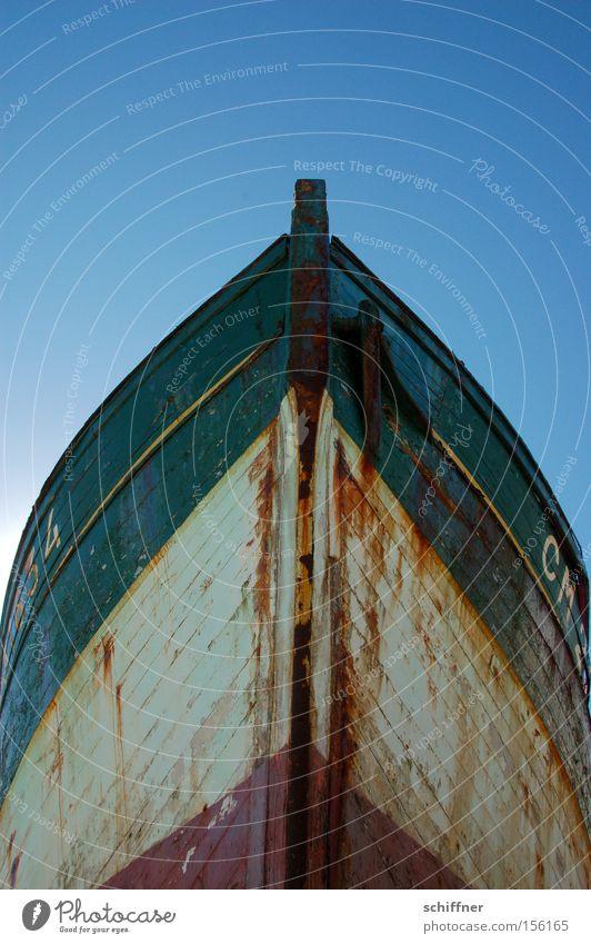Alter Kahn Wasserfahrzeug Schiffsbug alt Rost verfallen verwittert untergehen Schiffswrack Pirat frontal Bretagne Frankreich Camaret-sur-Mer