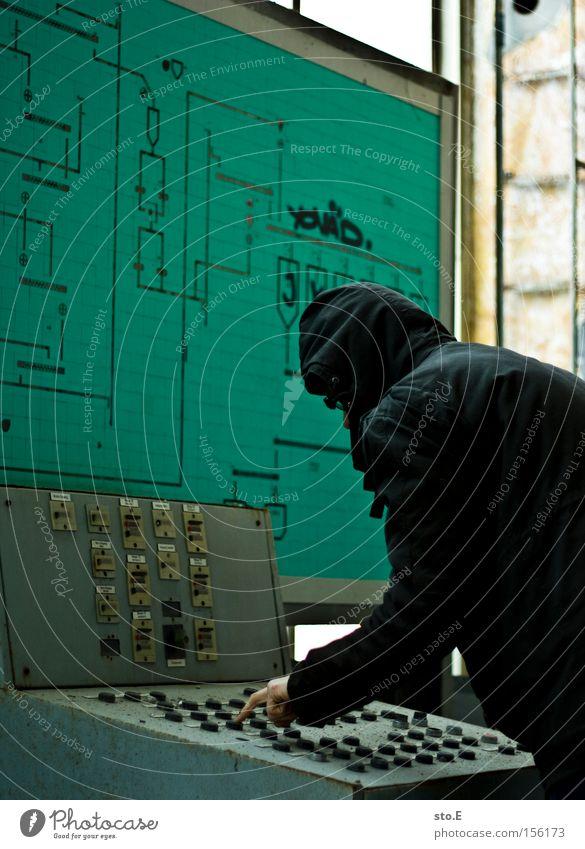 the controller Mensch Einsamkeit Denken Industrie verfallen schäbig Kontrolle Schalter drücken Hauptstelle Schichtarbeit überwachen Schaltpult Steuerelemente schalten Schwarzarbeit