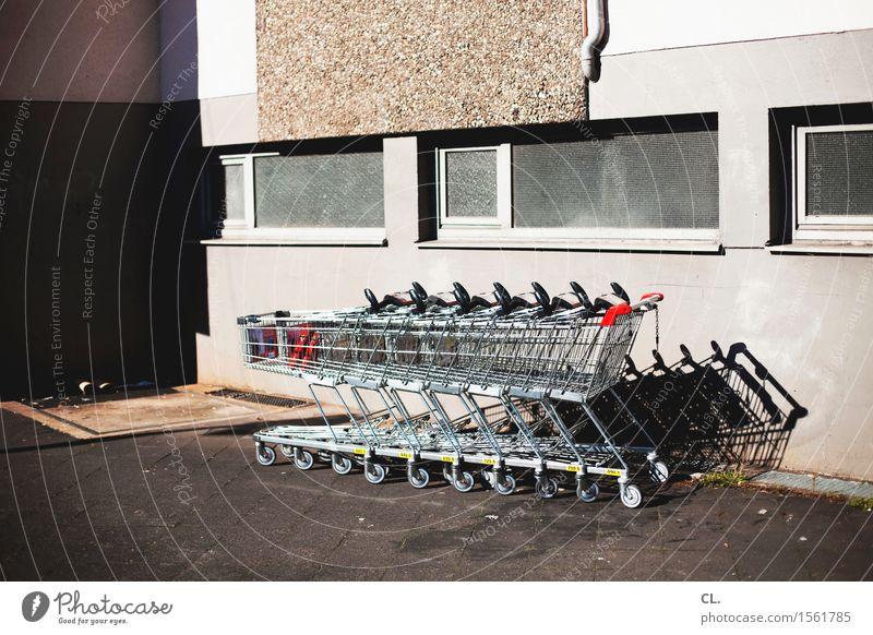 einkaufswagen Fenster Wand Mauer Wachstum trist kaufen Pause Wirtschaft Dienstleistungsgewerbe Handel Feierabend Einkaufswagen Mittelstand Einkaufszentrum Einkaufscenter Einkaufszone