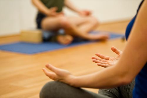 Ommmmmmmmmmmm Mensch Hand Erholung ruhig Leben feminin Gesundheit Beine maskulin Zufriedenheit Freizeit & Hobby sitzen Arme Wellness Wohlgefühl sportlich