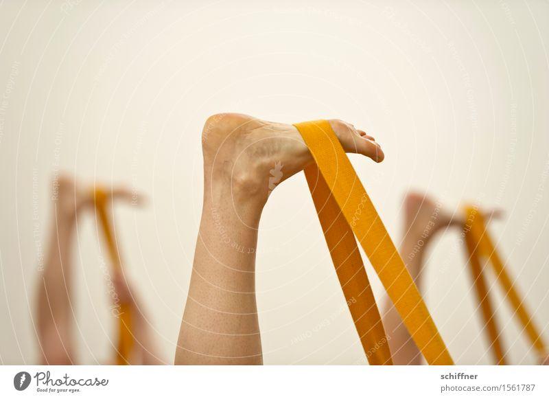 Tlön|sches Männerballett Gesundheit sportlich Fitness Wellness Leben Erholung Meditation Freizeit & Hobby Sport Sport-Training Yoga Mensch Beine Fuß gelb üben
