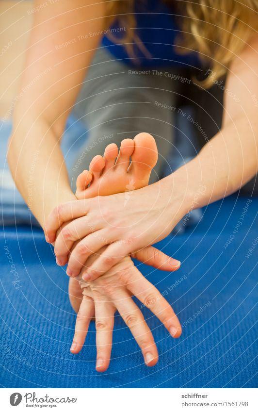 Gelenkig | wenn die Fußsohle juckt Körper Wohlgefühl Erholung ruhig Meditation Freizeit & Hobby Sport Yoga Mensch feminin Arme Hand Finger 1 blau dehnen