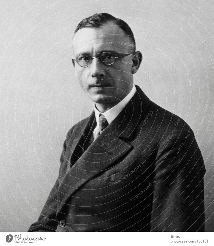 Arthur, Lehrer Mann Erwachsene maskulin Brille Wandel & Veränderung Konzentration Anzug Porträt Krawatte früher ernst Haarschnitt Kragen halbdunkel