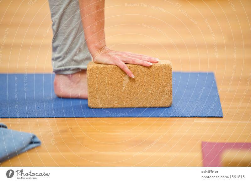 Klotz am Bein Gesundheit Gesundheitswesen Wellness harmonisch Wohlgefühl Freizeit & Hobby Sport Yoga Mensch Arme Hand Beine Fuß berühren üben Matten