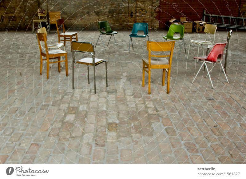 Dreizehn Stühle sprechen Innenarchitektur Raum frei Textfreiraum sitzen leer Kreis rund Pause Stuhl Möbel Ende Sitzung Verschiedenheit Verabredung