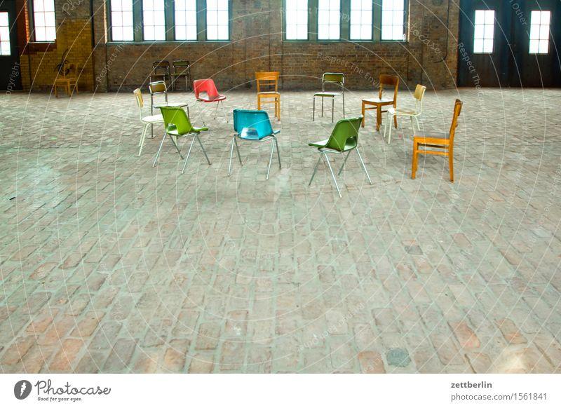 Stuhlkreis sprechen Innenarchitektur Raum frei Textfreiraum sitzen leer Kreis rund Pause Möbel Ende Sitzung Verschiedenheit Verabredung
