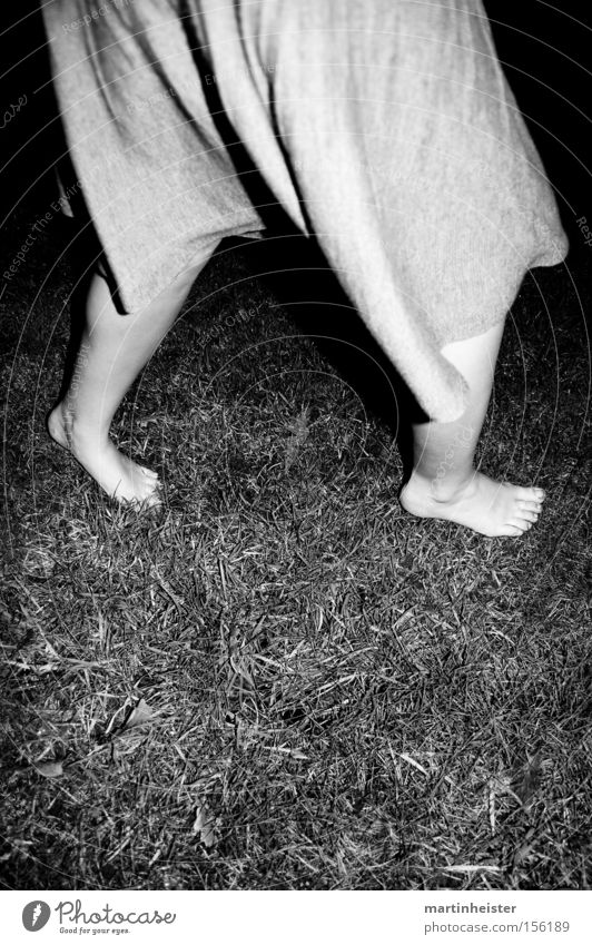barfuss 2 Frau Winter Einsamkeit dunkel kalt Gras Fuß verrückt Rasen Barfuß