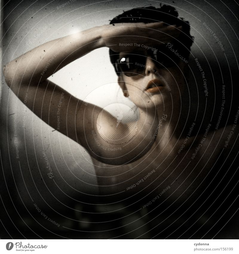 Anonyma I Frau Mensch schön Gefühle Mund ästhetisch retro Schutz Hut Sonnenbrille anonym verdeckt Mittelformat Lichtschacht salutieren Handhaltung