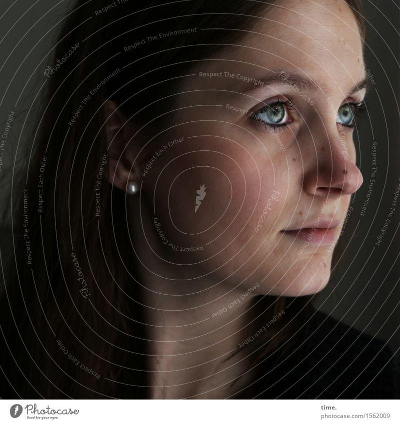 . feminin 1 Mensch Schmuck Ohrringe brünett langhaarig beobachten Denken Blick warten schön Gefühle Stimmung Zufriedenheit selbstbewußt Romantik Wachsamkeit