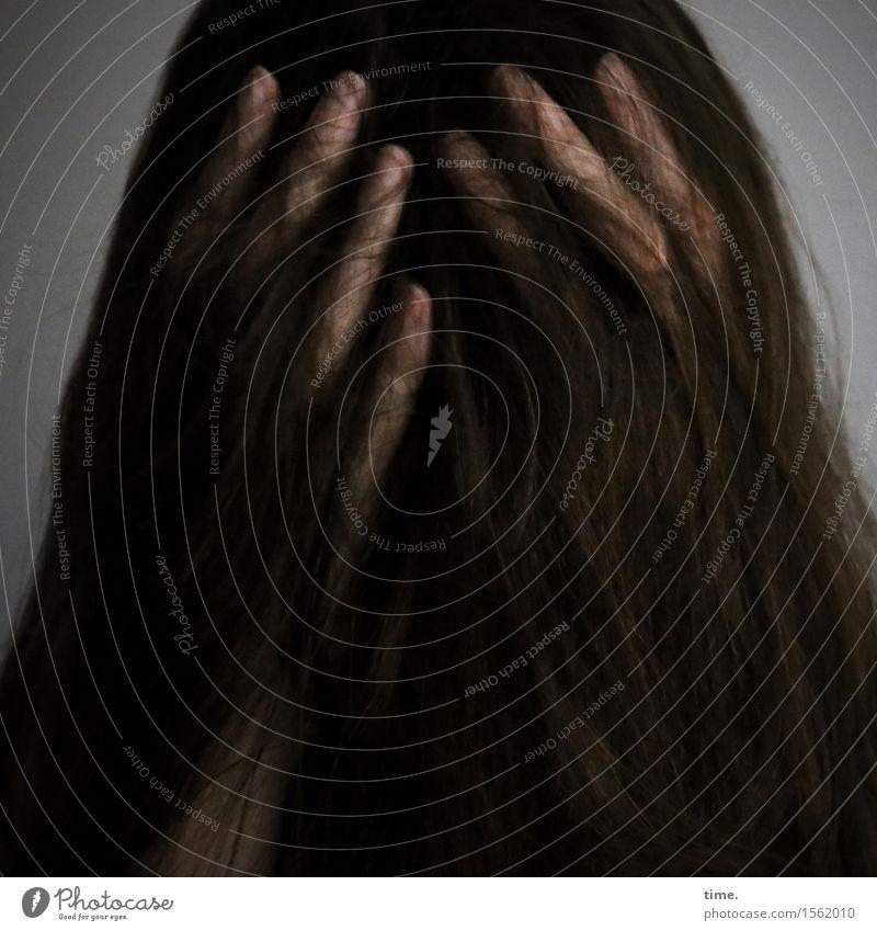 . feminin Haare & Frisuren Finger 1 Mensch brünett langhaarig Denken festhalten außergewöhnlich dunkel Traurigkeit Sorge Trauer Liebeskummer Müdigkeit Schmerz