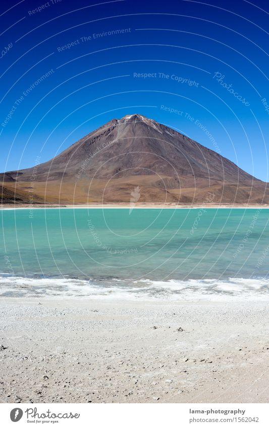 Laguna Verde Ferien & Urlaub & Reisen Abenteuer Ferne Sightseeing Natur Landschaft Urelemente Sand Wasser Himmel Schneebedeckte Gipfel Vulkan Licancabur Lagune