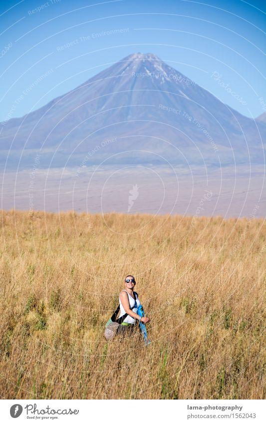 Sunny Walk Ferien & Urlaub & Reisen Ausflug Ferne Freiheit Sommerurlaub Berge u. Gebirge wandern Junge Frau Jugendliche 1 Mensch Natur Landschaft Sonnenlicht