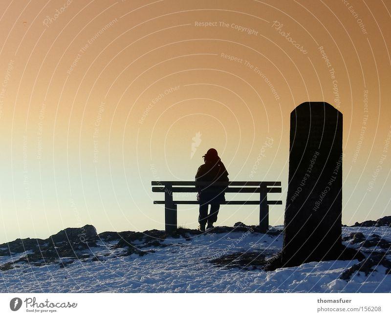 WegGedanken Hoffnung Pause Trauer Vergänglichkeit Bank Sehnsucht Denkmal Müdigkeit Verzweiflung Abschied Sonnenuntergang Schwäche vergessen Fragen erinnern Zweifel