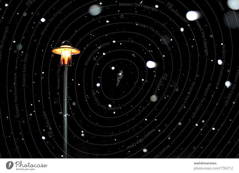 Schneefall Winter Nacht Laterne Licht Schneeflocke kalt Außenaufnahme