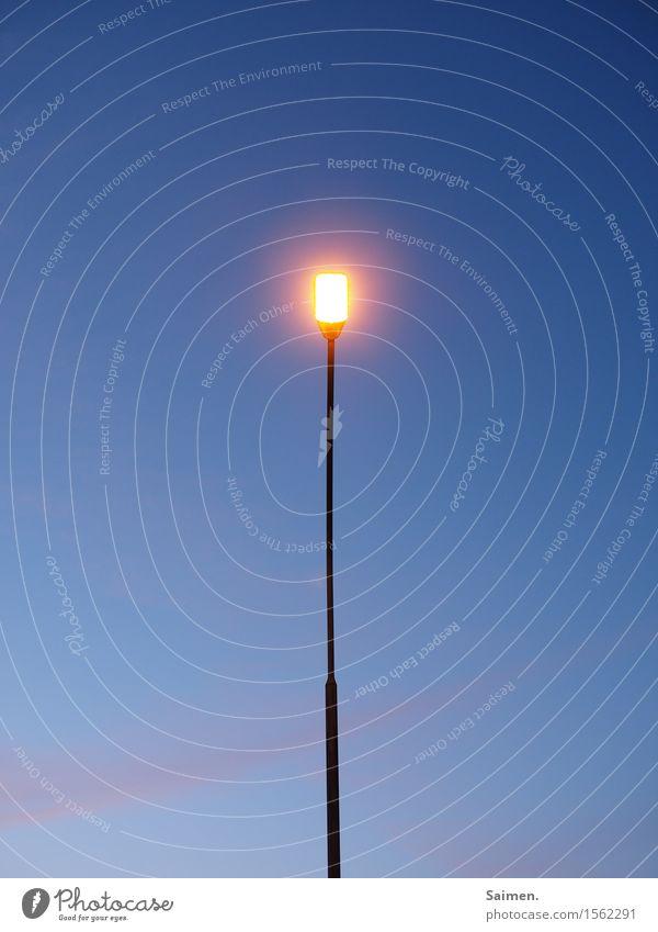 Leuchtmittelhalterung Straßenbeleuchtung dünn schmal Lampe leuchten hell Himmel Dämmerung Abenddämmerung Laterne blau orange Farbfoto mehrfarbig Außenaufnahme