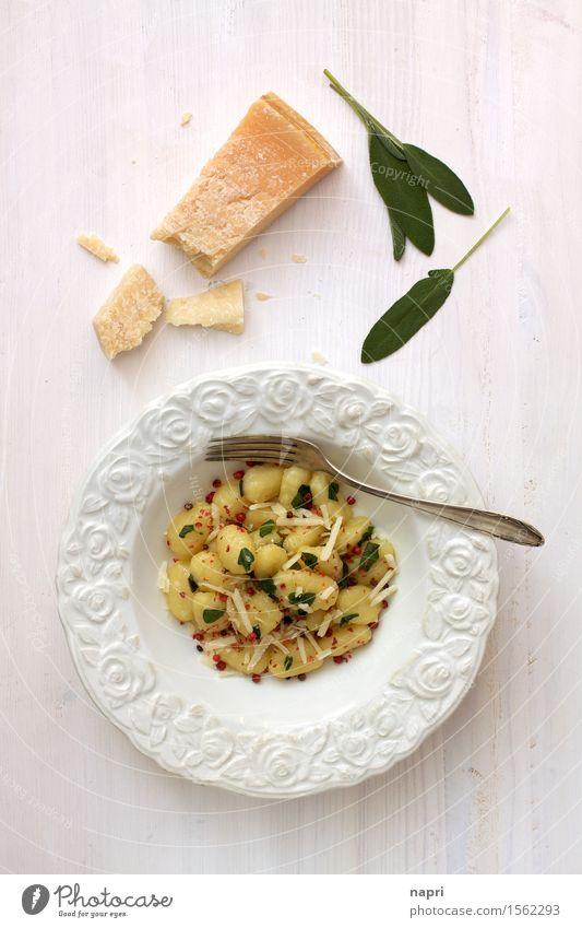 Gnocchi in Salbeibutter I Butter rosa Beeren Ernährung Mittagessen Abendessen Vegetarische Ernährung Italienische Küche Teller Gabel Essen lecker gelb weiß