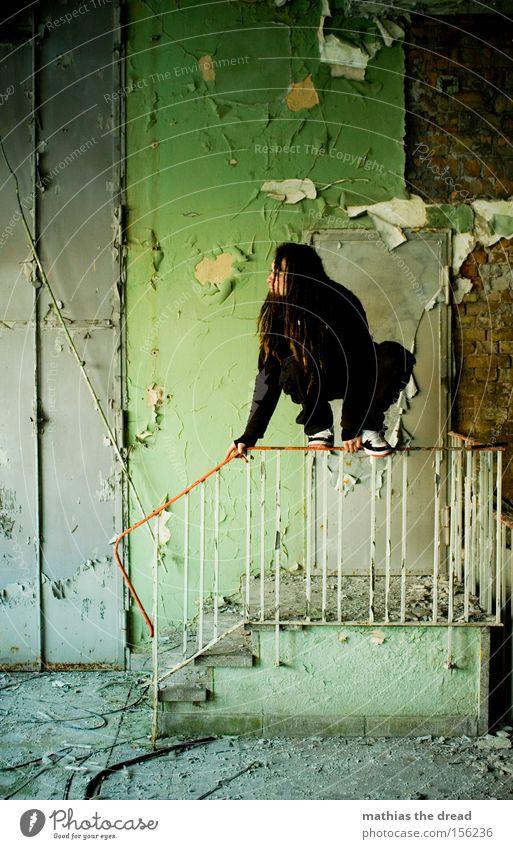 LAUERSTELLUNG Wand sitzen Treppe Trauer grün Putz Farbe Farbstoff alt schäbig dreckig Tür Mann Einsamkeit ruhig schön verfallen Vergänglichkeit