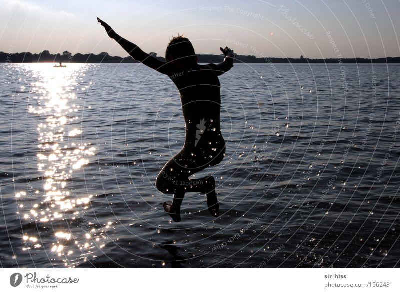 und... klatsch! Wasser Sonne Sommer Freude springen See glänzend laufen Schwimmen & Baden Wassertropfen werfen Applaus