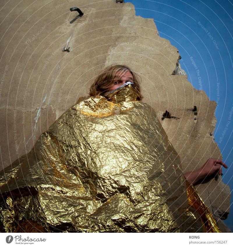 mr goldberg Mann Beleuchtung Metall glänzend Gold verstecken edel Qualität Glamour verpackt Schatz einpacken Kostbarkeit Edelmetall Ausstrahlung