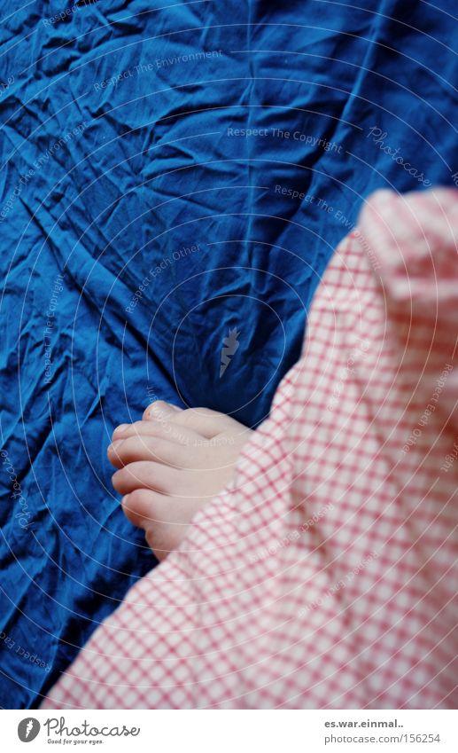 liegn bleibm. blau weiß rot ruhig Erholung träumen Fuß hell Zufriedenheit liegen natürlich schlafen Warmherzigkeit Bett Falte Bettwäsche