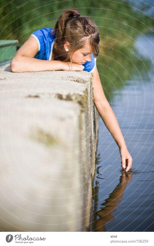 ruhe Langeweile Freude Jugendliche Sommer Wasser Blick Hand Arme Hafen beton liegen Sonne entspannen Ruhe mädchen Frau