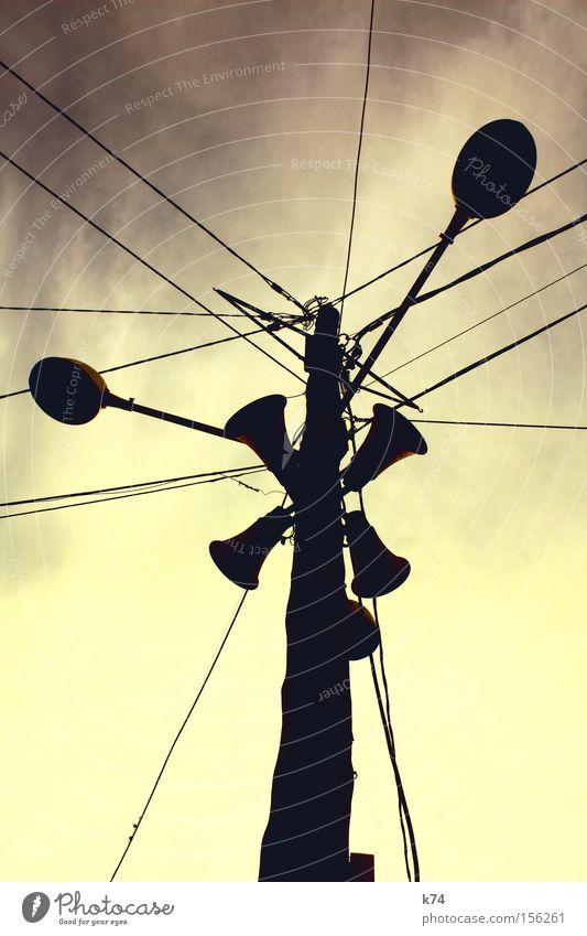 `' Totempfahl Marterpfahl Megaphon Lautsprecher Laterne Kabel Stahlkabel Linie Mitte Stern (Symbol) obskur Wahrzeichen Denkmal Durchsage