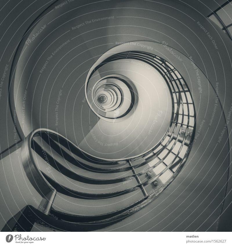 linksdrehend Menschenleer Haus Bankgebäude Gebäude Architektur Mauer Wand Treppe Fenster ästhetisch rund schwarz weiß schwungvoll Treppengeländer spin