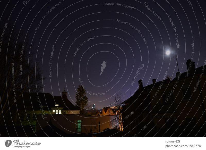 Sternenhimmel über der Stadt Himmel Wolkenloser Himmel Nachthimmel Horizont Mond Landkreis Esslingen Haus Hochhaus violett Natur träumen Ferne Weltall Dach
